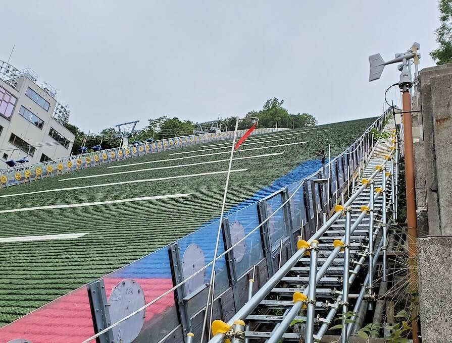 大倉山ジャンプ台を横から眺める