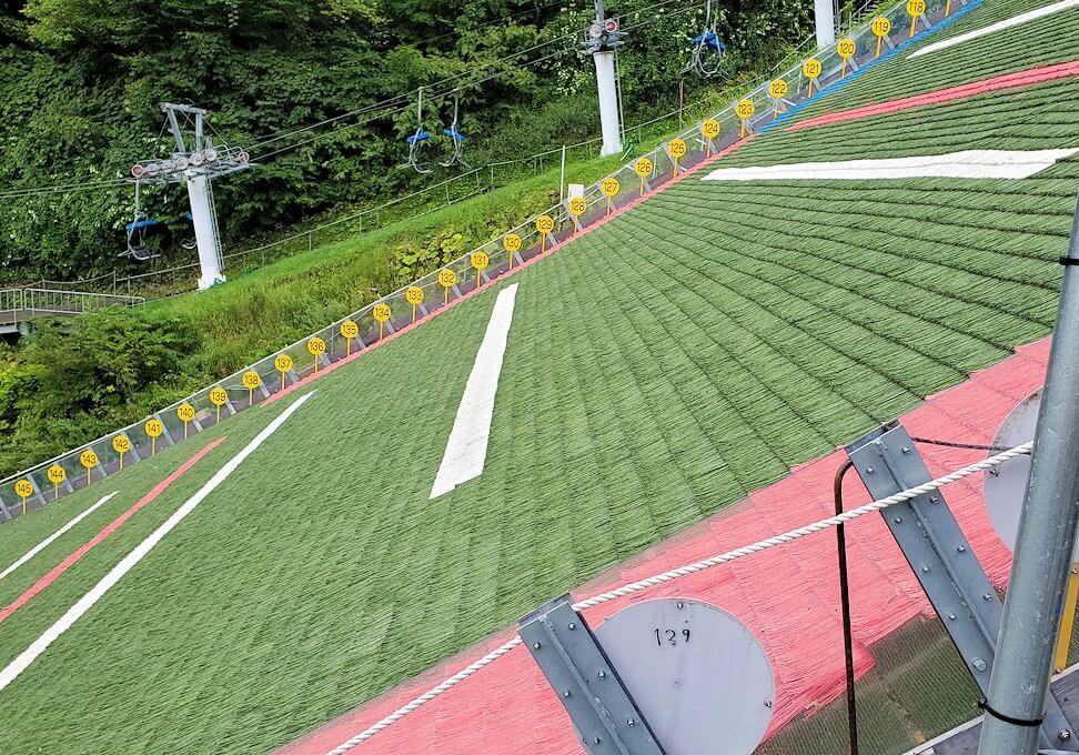 大倉山ジャンプ台を横から眺める1