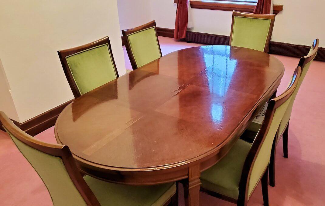 「豊平館」の百合の間にあるテーブル