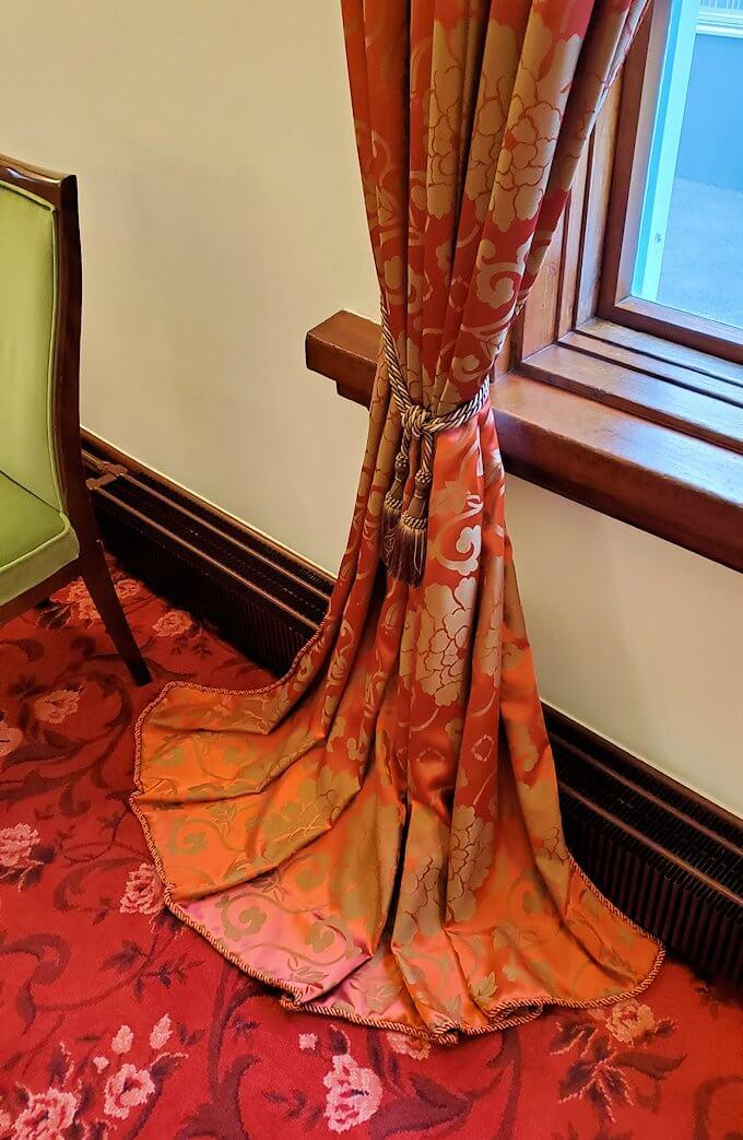 豊平館1階の会食場広間のカーテン