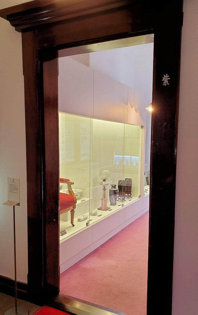 豊平館2階の紫の部屋に進む