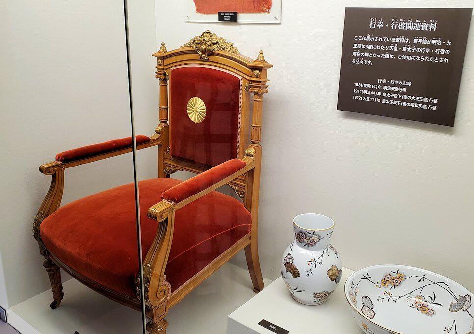 豊平館2階の紫の部屋では天皇関連品が展示されている