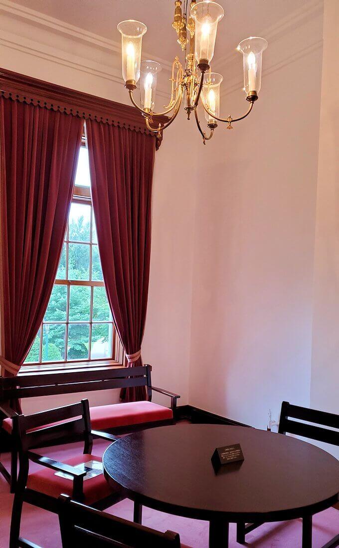 豊平館2階の天皇が宿泊した、紫の部屋