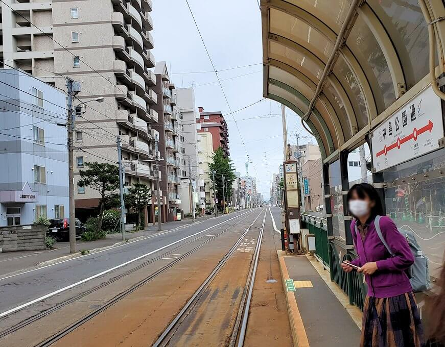 札幌市内を循環する路面電車を待つ