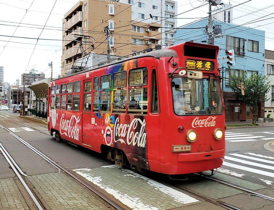 札幌市内を循環する路面電車を待つ1