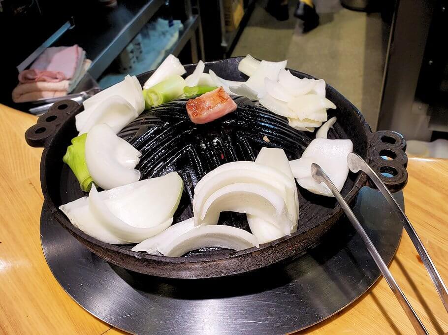 ススキノ「だるま6・4店」で野菜を焼く
