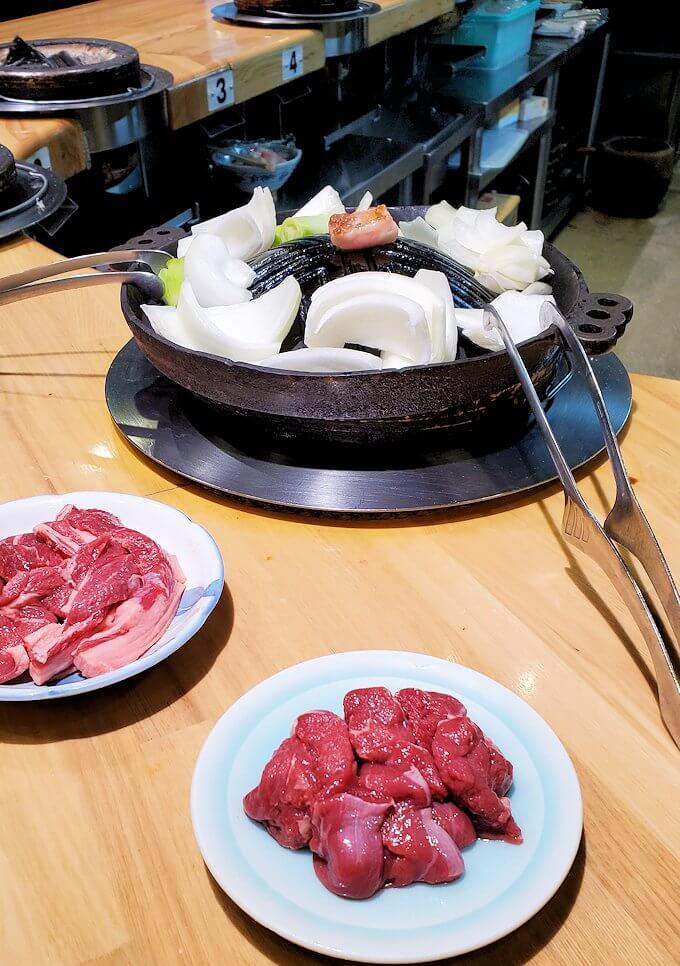 ススキノ「だるま6・4店」でジンギスカン鍋を食べる
