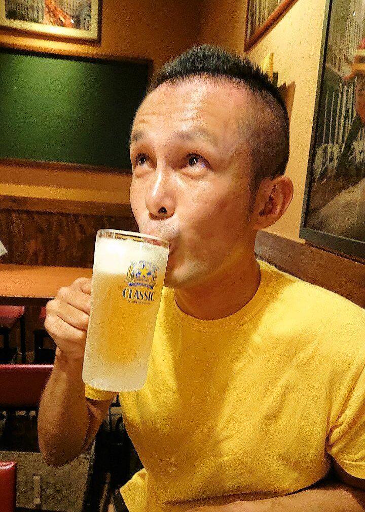 札幌クラシックビールを飲む男