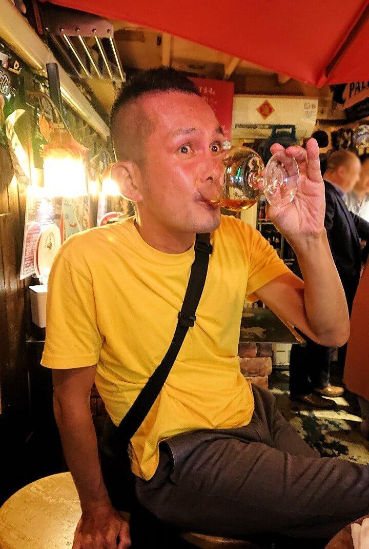 「バール TUTTI」で飲む男