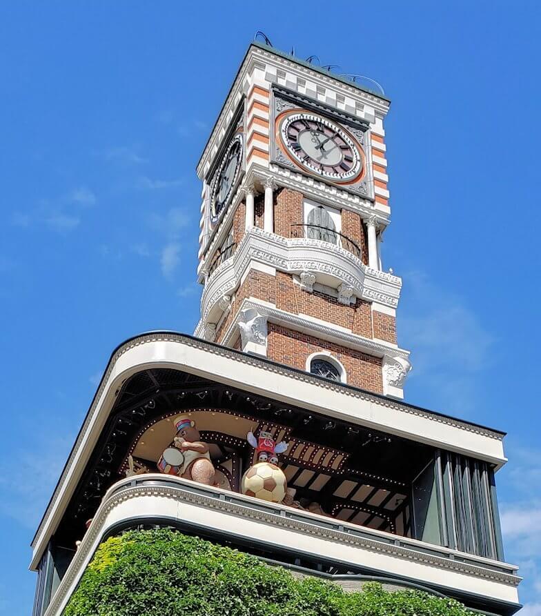 「白い恋人パーク」の敷地で始まったカラクリ時計を眺める