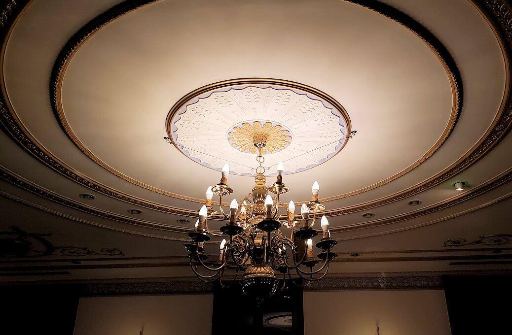 【チョコトピアハウス】での待合室の天井ライト