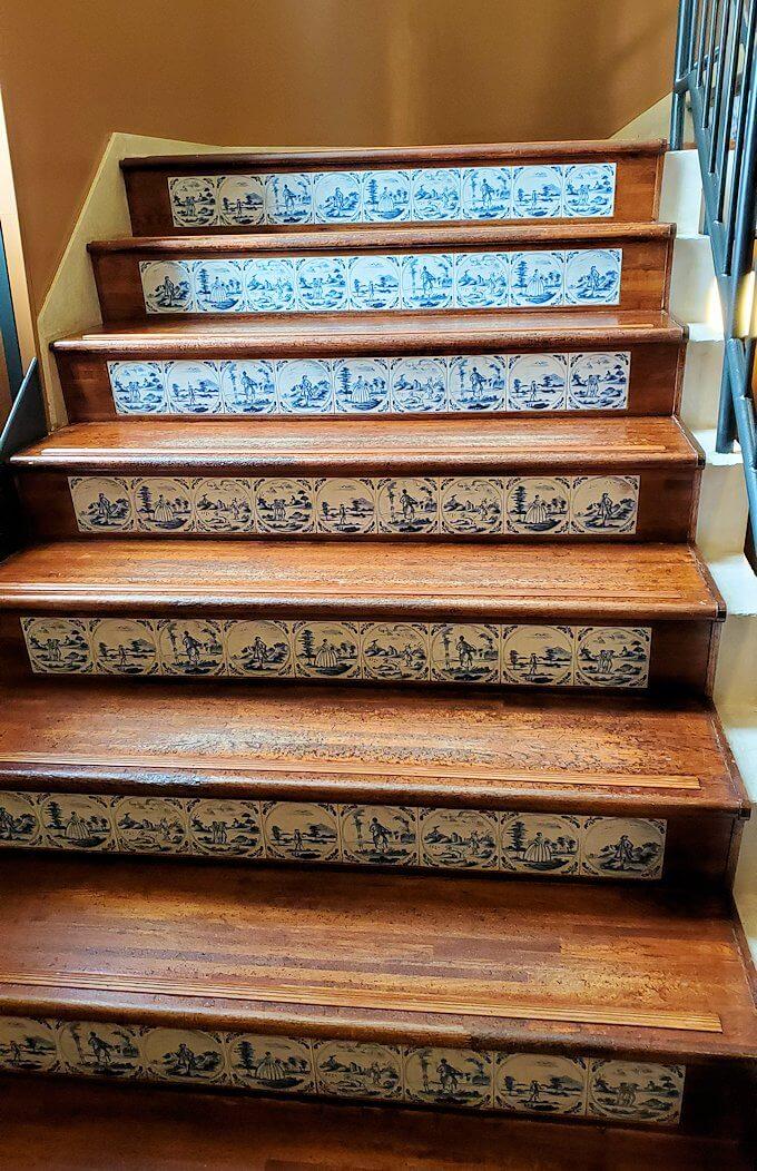 チョコトピアファクトリーの階段を登る