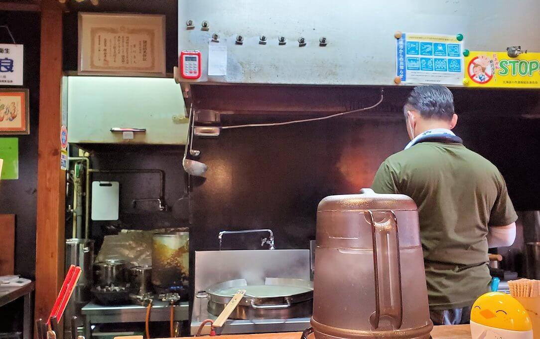 宮の沢駅近くのラーメン屋「麺や六根」の店内