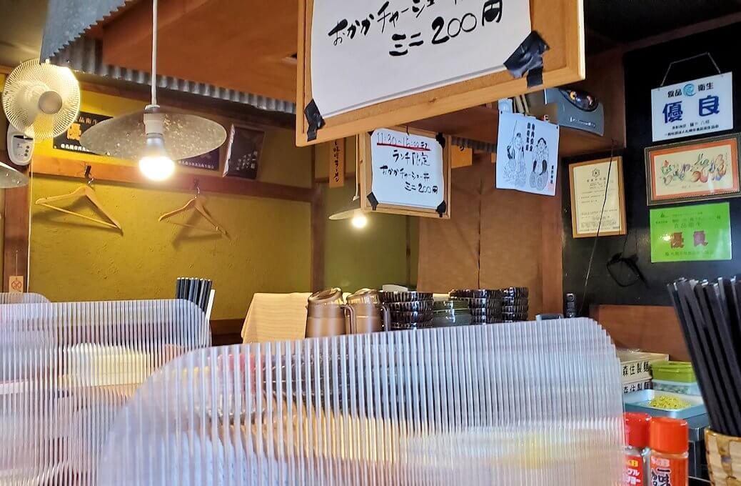 宮の沢駅近くのラーメン屋「麺や六根」の店内1