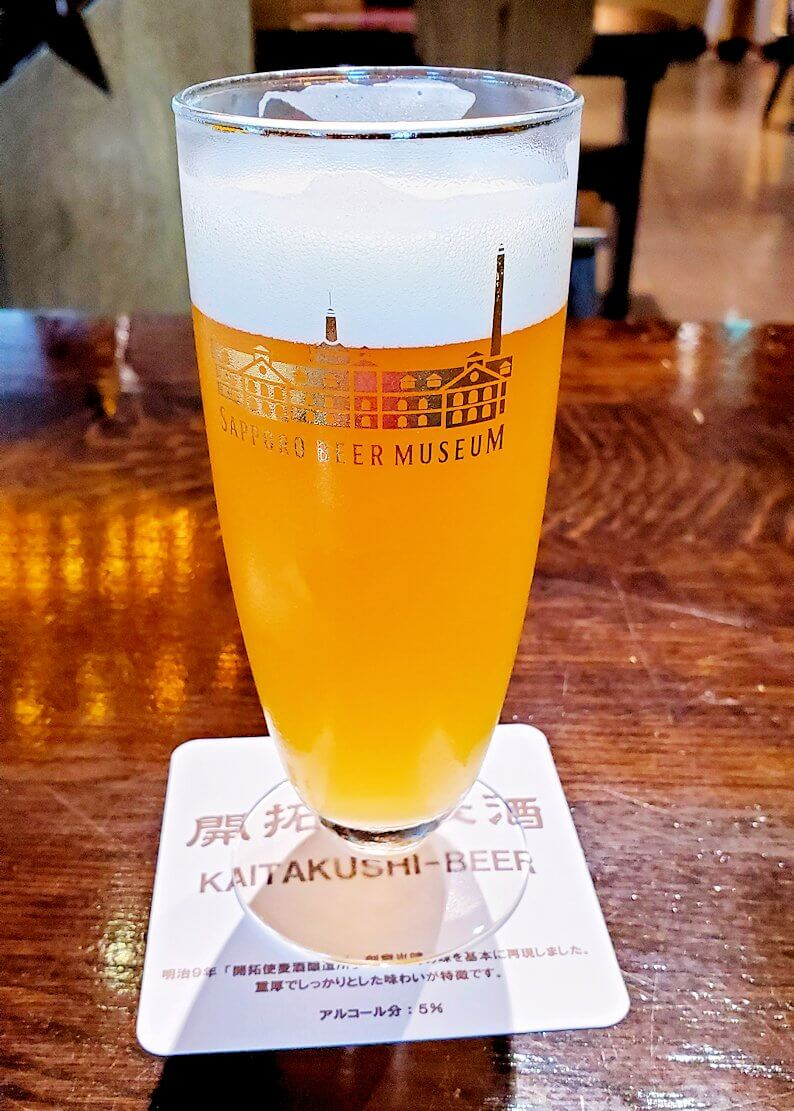 サッポロビール園博物館の試飲コーナーでビールを飲む1