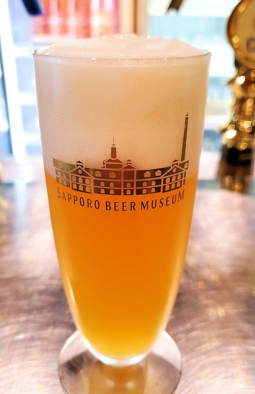 サッポロビール園博物館の試飲コーナーでビールを飲む