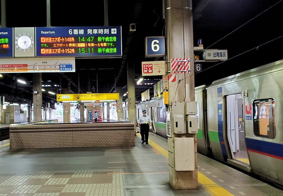 新千歳空港行きの電車に向かう1