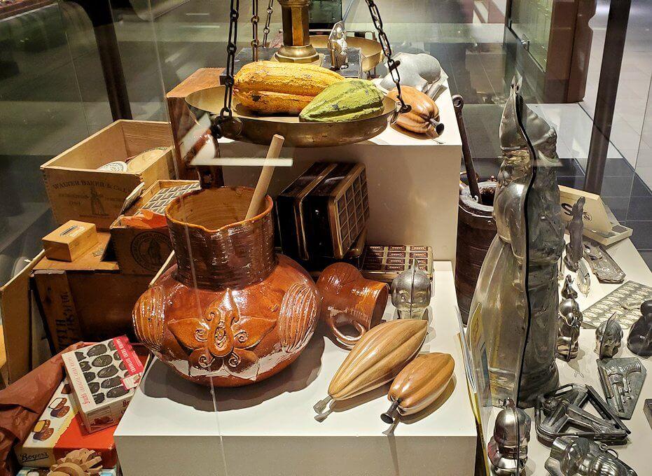 ロイスチョコレート:ブースに展示されている、チョコレート関連の展示物