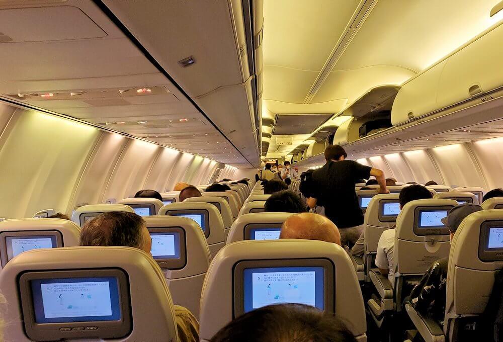 新千歳空港の国内線ターミナルで飛行機に搭乗