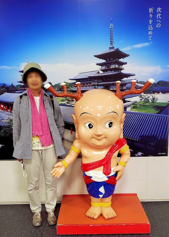 奈良駅で「せんとくん」と記念撮影