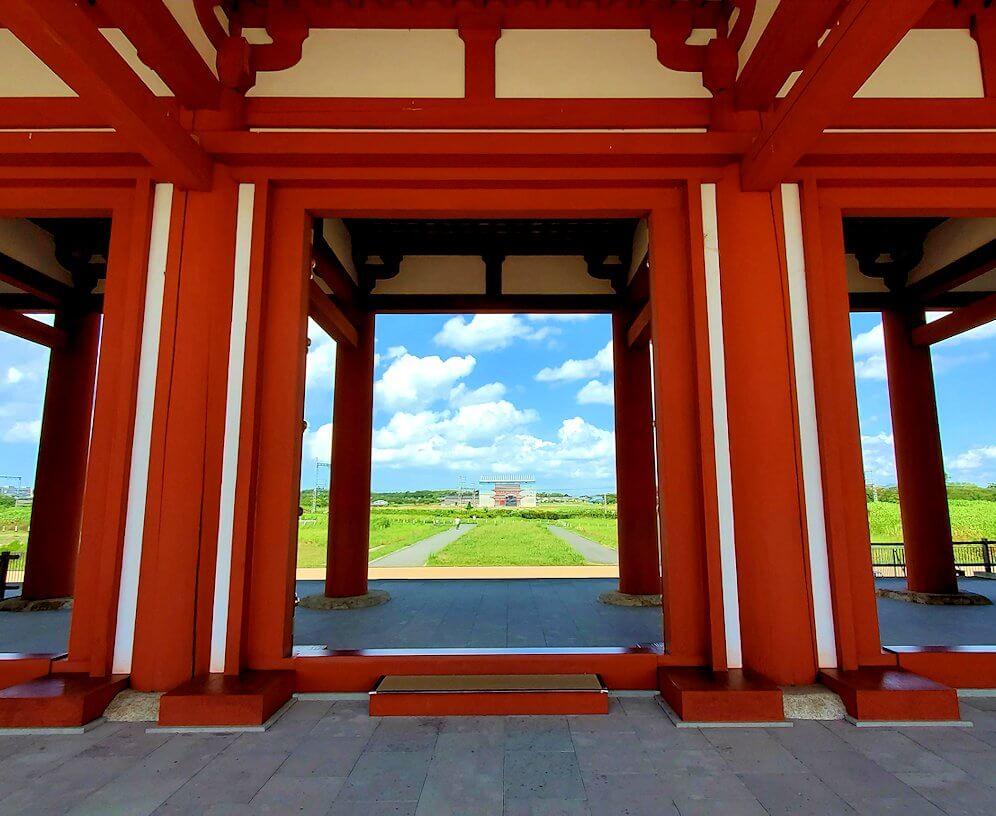 奈良の平城京跡にある朱雀門の下