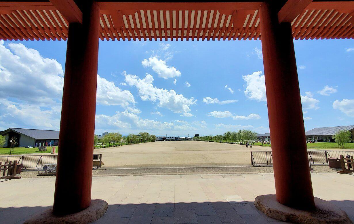 奈良の平城京跡にある朱雀門からの景色