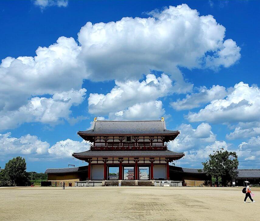 奈良の平城京跡にある朱雀門の景色