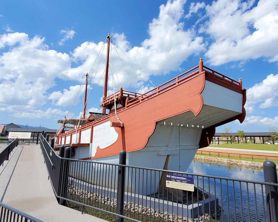 平城京跡にある遣唐使船の写真