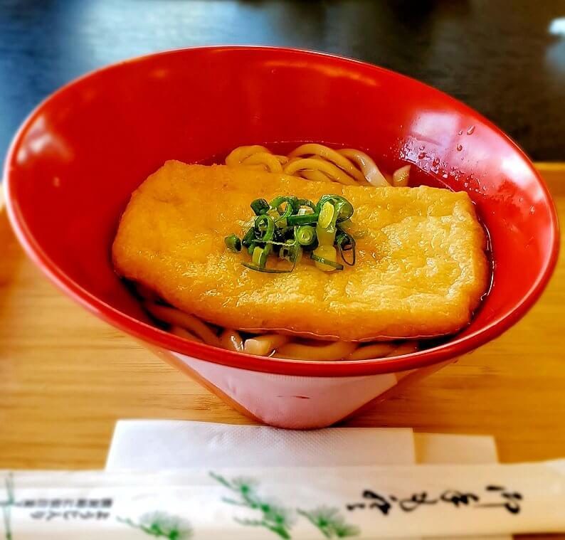 平城京跡にある食事処でうどんを食べる