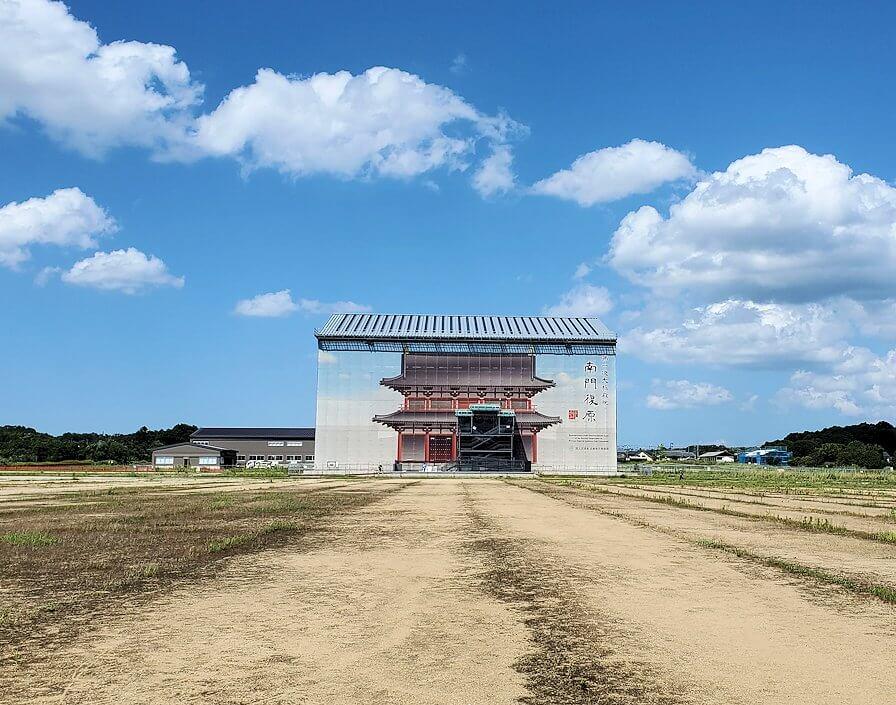 平城京跡に復原中の「第1次大極殿:南門」
