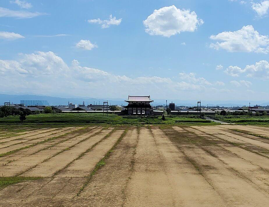 平城京跡に復原中の「第1次大極殿:南門」の見学現場から眺める朱雀門