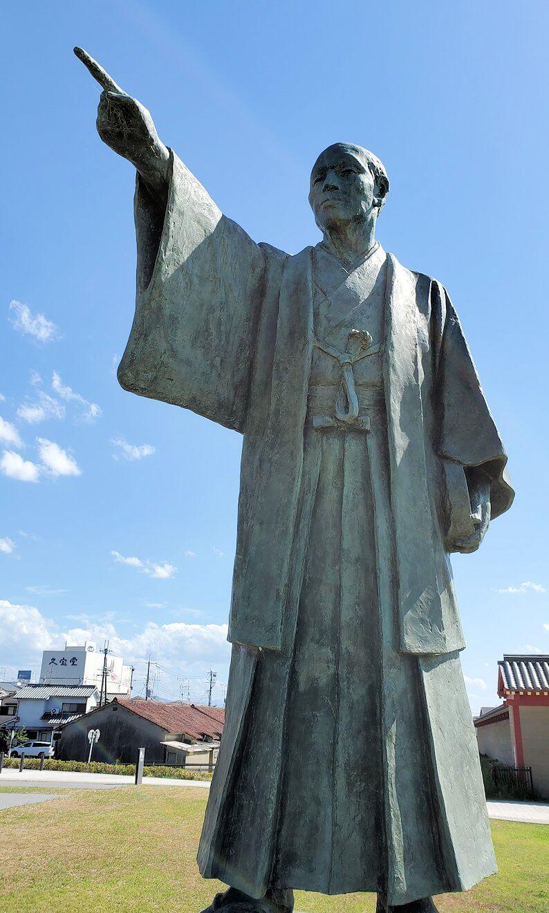 朱雀門広場に建つ「棚田嘉十郎」の銅像