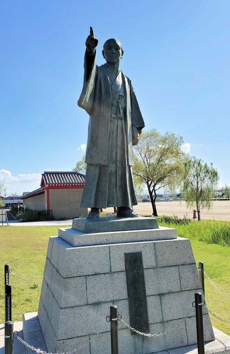 朱雀門広場に建つ「棚田嘉十郎」の銅像2