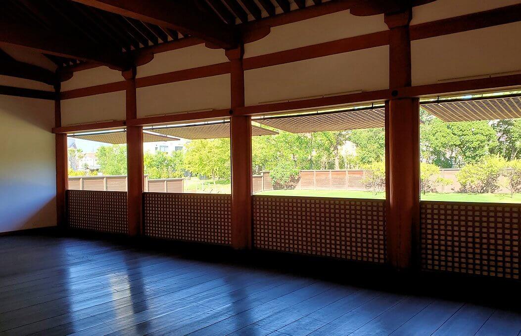 平城京左京三条二坊宮跡庭園の建物にあがる1