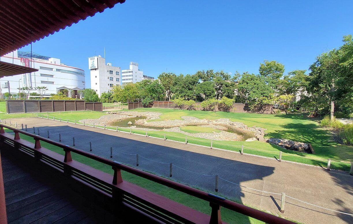 平城京左京三条二坊宮跡庭園の建物からの景色