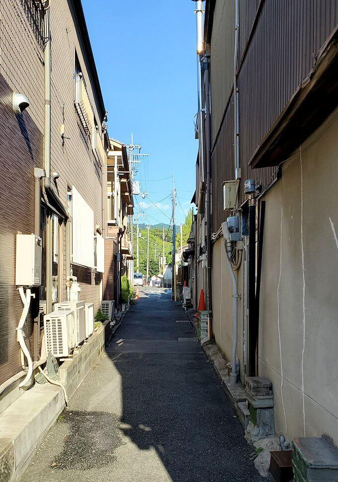 奈良ホテルへの近道を進む