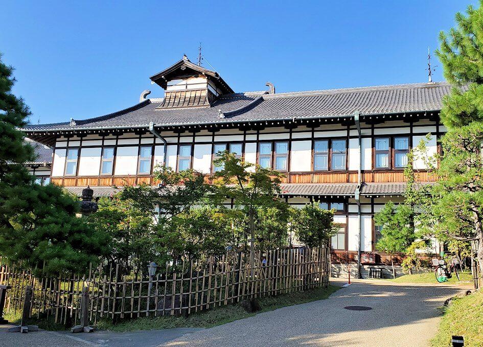 奈良ホテルの建物が見えてくる