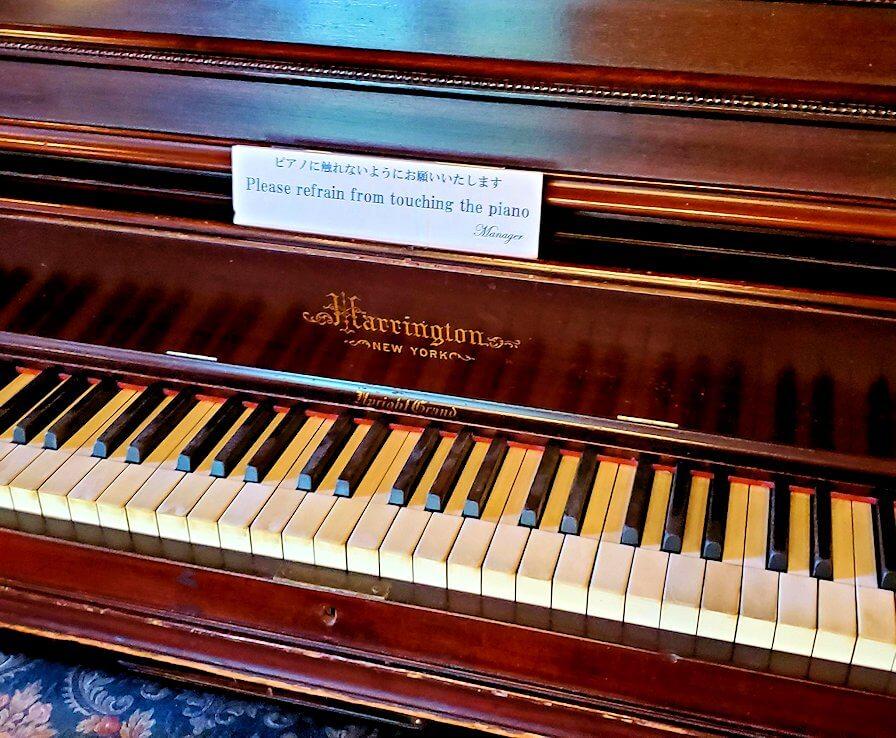 奈良ホテル内にあるアインシュタイン博士が弾いたというピアノのアップ