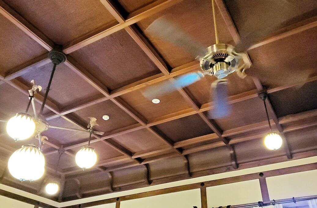奈良ホテル内にある、待合室の部屋の天井