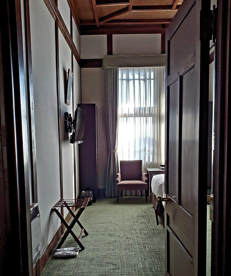 奈良ホテル本館2階の宿泊する部屋に入る