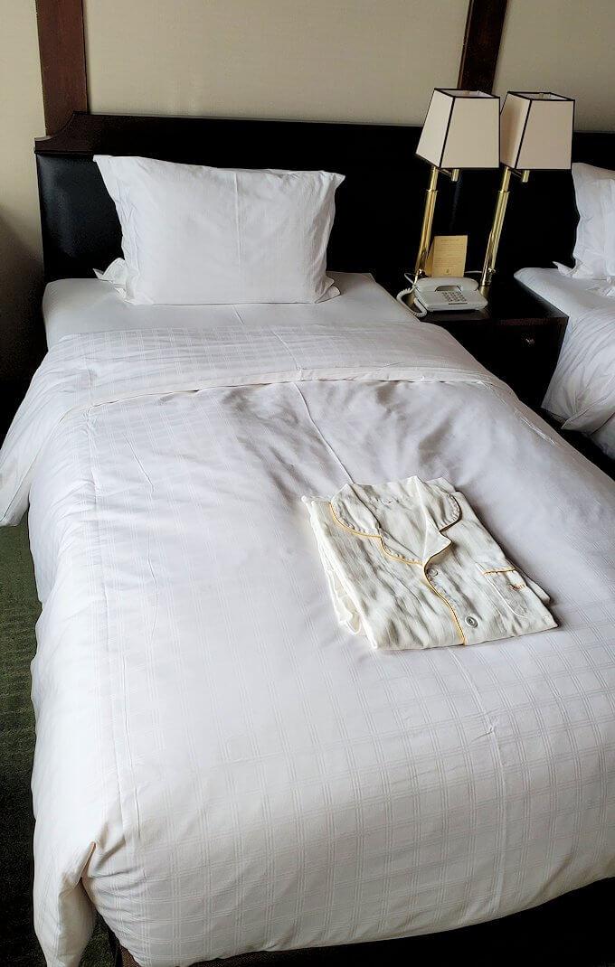 奈良ホテル本館の部屋のベッドとパジャマ
