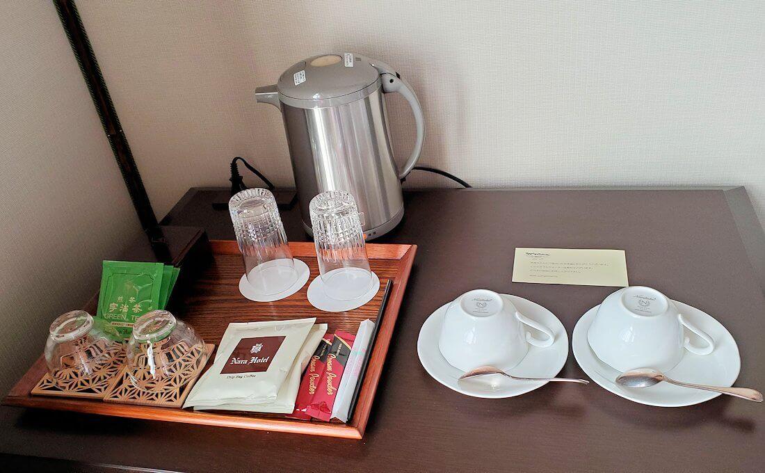 奈良ホテル本館の部屋の湯のみとポット