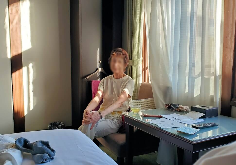 奈良ホテル本館の部屋でくつろぐオカン
