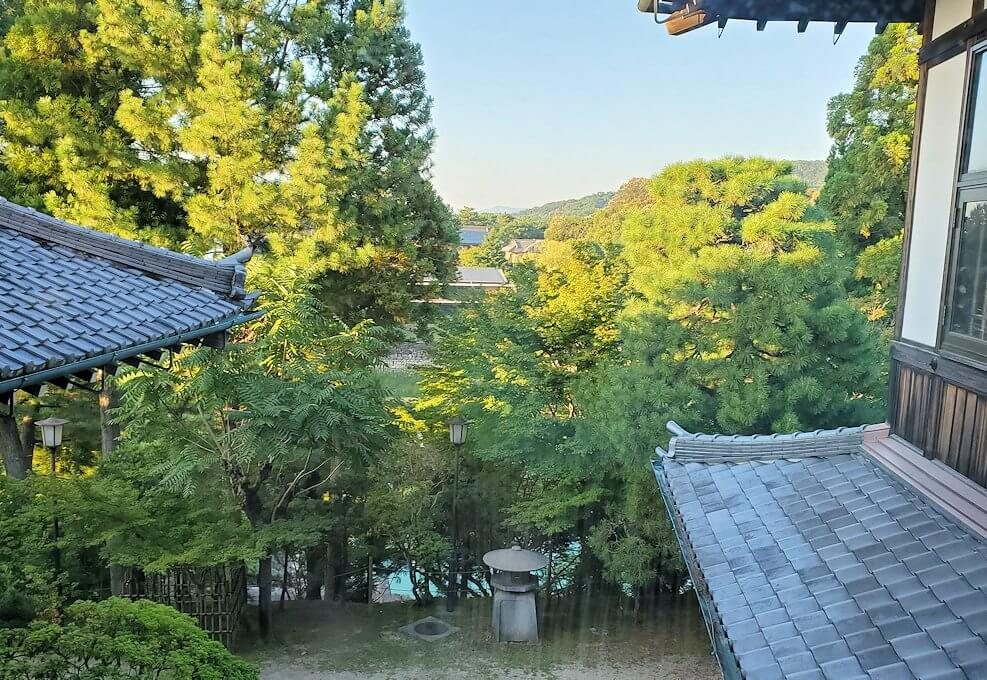 奈良ホテル本館の2階廊下の窓からの景色