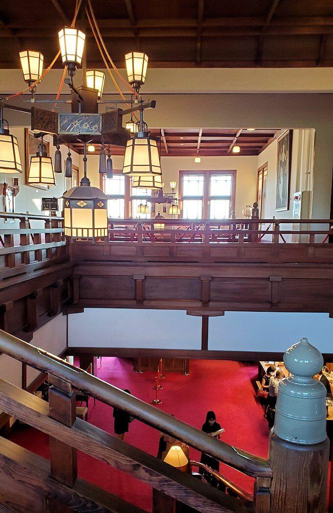 奈良ホテル本館の階段を降りる