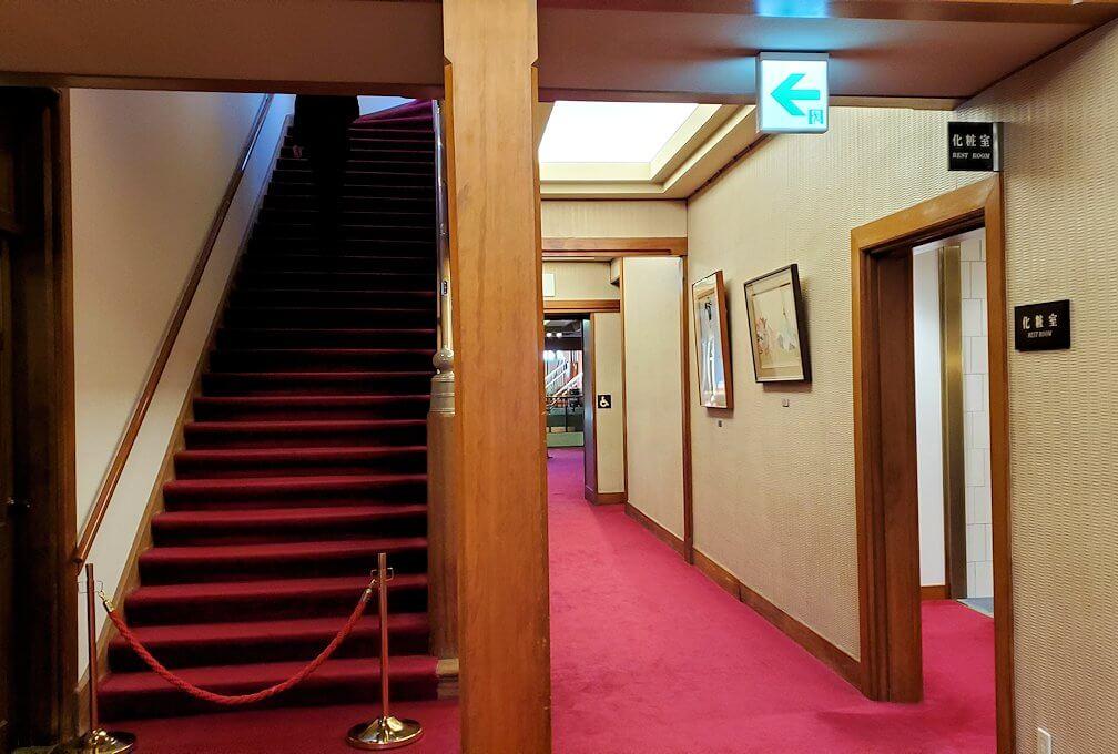 奈良ホテル内の廊下を進む