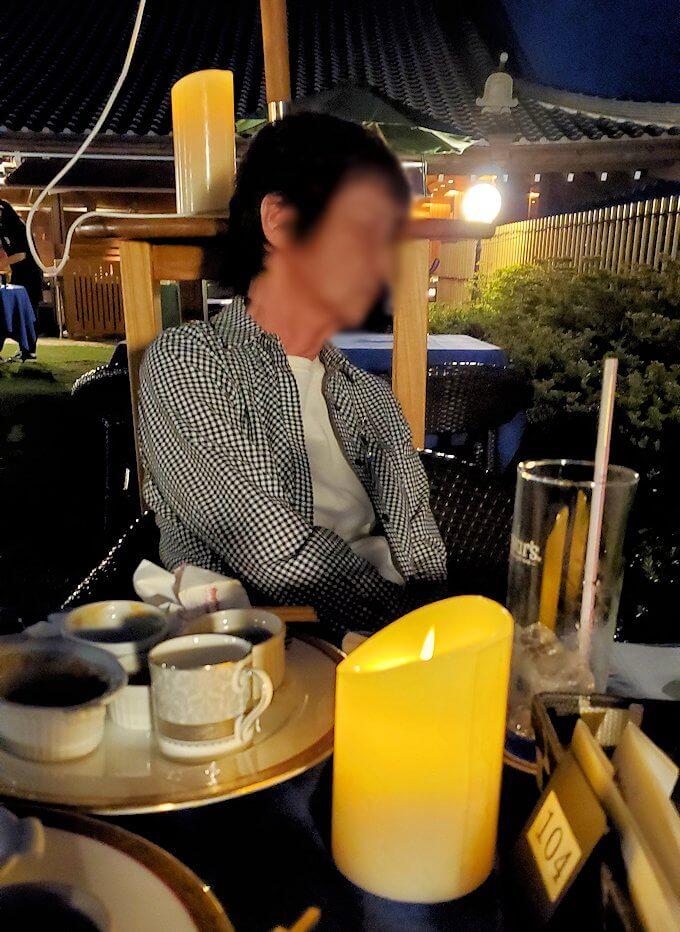 暗くなってきた奈良ホテル:ビアテラスで寝るオカン