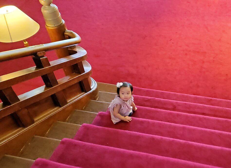 奈良ホテルの階段で遊ぶ赤ん坊