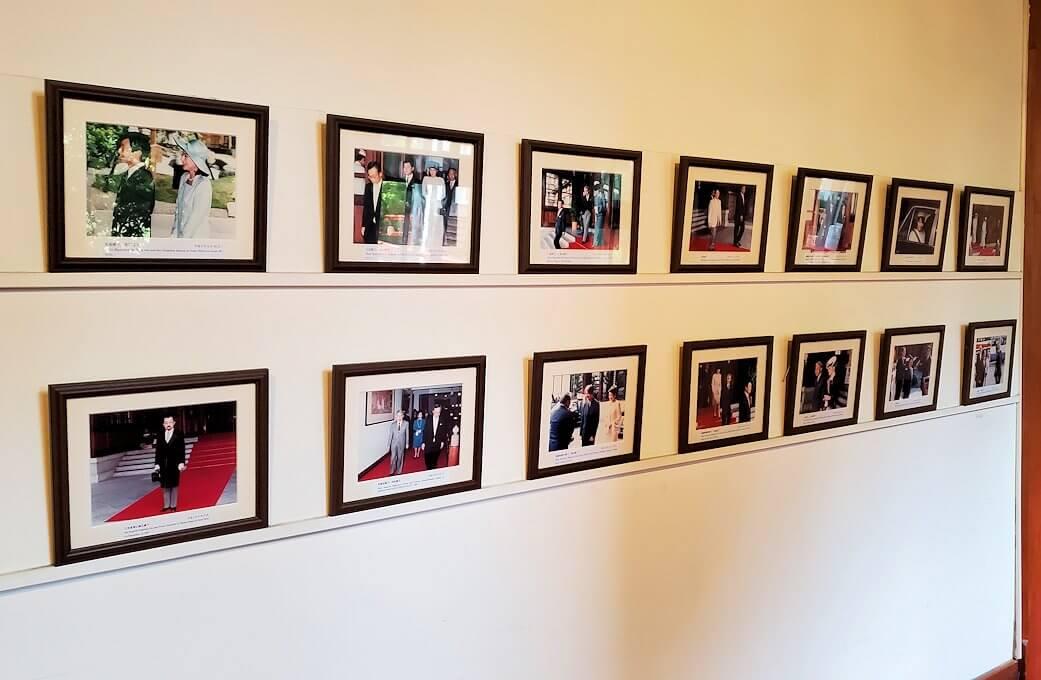 奈良ホテルの廊下に飾られている皇室の写真
