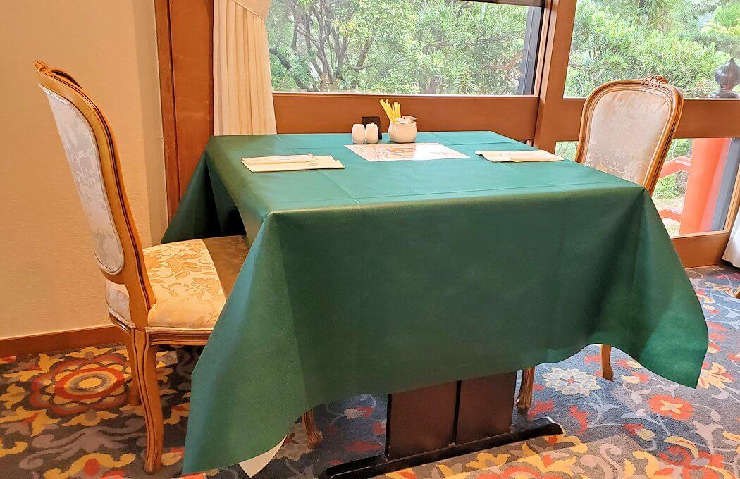 奈良ホテルメインダイニングルーム「三笠」のテーブル